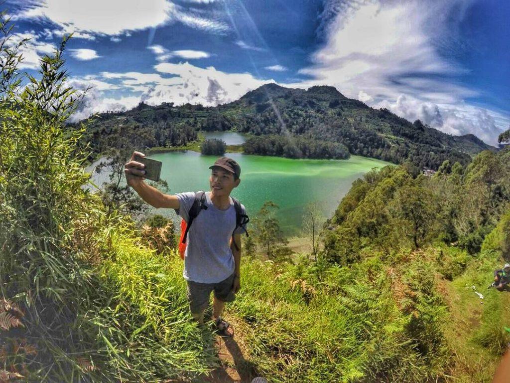 Pemandangan Telaga Warna dan Pengilon dengan background Gunung Sindoro Sumbing dari Wana Wisata Petak 9 .  <a href=